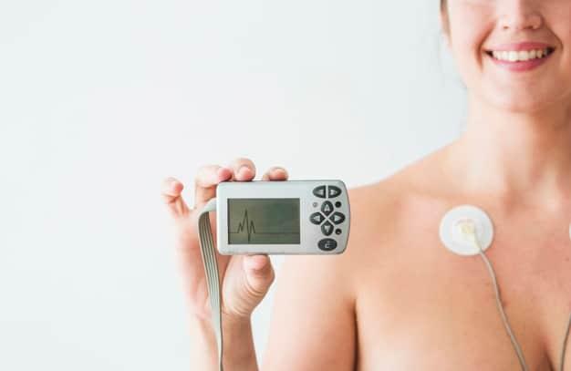 donna-con-elettrodi-tenendo-monitor-con-cardiogramma_23-2147934633
