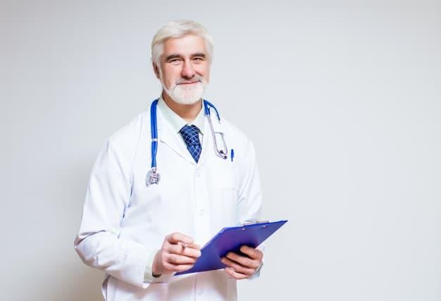 dottore-in-piedi-con-una-cartella-e-uno-stetoscopio_1291-16
