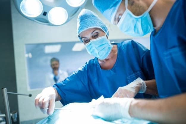 i-chirurghi-che-effettuano-operazioni-in-sala-operatoria_1170-2220