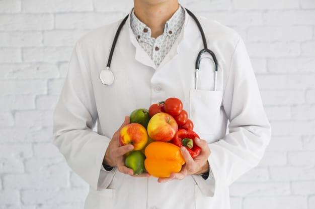 primo-piano-della-mano-di-medico-maschio-che-tiene-frutta-e-verdura-sane-di-prodotti-freschi_23-2147855415